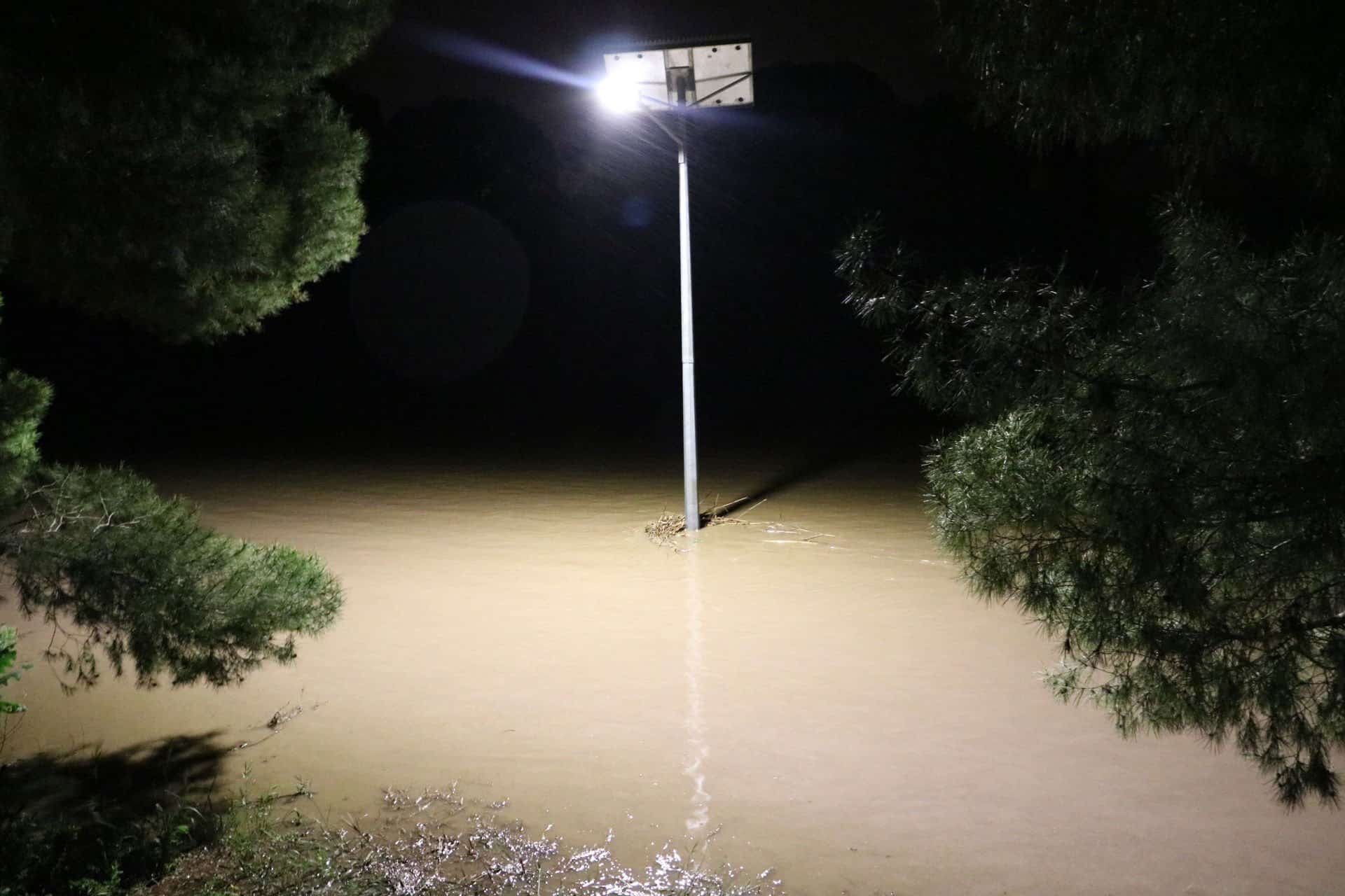 Solar street lights flood resistance - Hewett SA